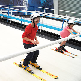 Conveyor belts for indoor skiing machines and ski slopes